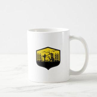 Taza De Café Tractor que cosecha el escudo de la granja del