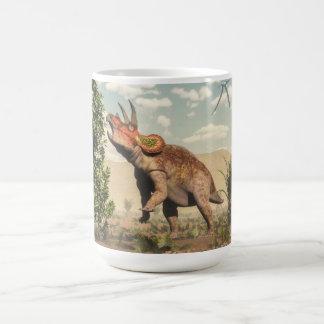 Taza De Café Triceratops que come en el árbol de la magnolia -