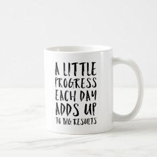 Taza De Café Una poca cita de motivación del progreso