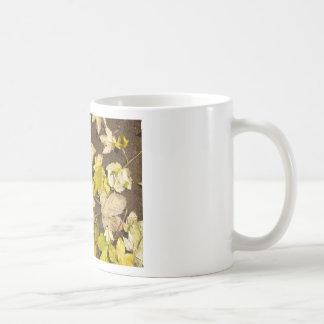 Taza De Café Vista superior de las hojas de arce mojadas de un