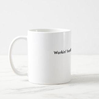 Taza De Café Workin difícilmente o apenas workin'?