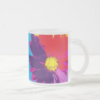 Taza de cerveza de la flor del estallido del color