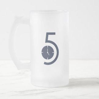 ' taza de cerveza del reloj 5o