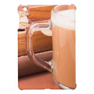 Taza de cristal con el chocolate caliente y las
