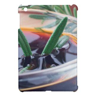 Taza de cristal con la salsa y el romero de soja