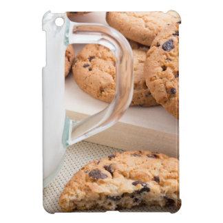 Taza de cristal con las galletas de la leche y de