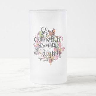 Taza De Cristal Esmerilado 31:25 de los proverbios la visten en fuerza