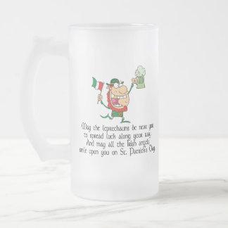 Taza De Cristal Esmerilado Mayo los Leprechauns estén cerca de usted