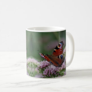 Taza de la mariposa de pavo real