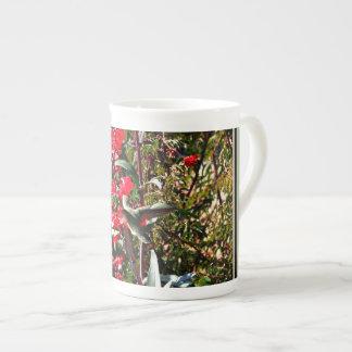 Taza de la porcelana de hueso - colibrí en las