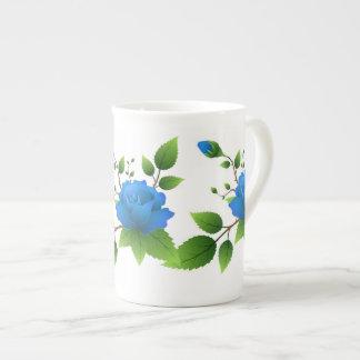 Taza de la porcelana de hueso con los rosas