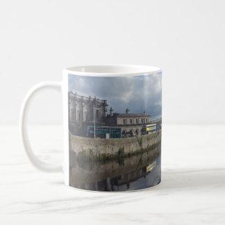 Taza de la reflexión del Riverbank de Dublín