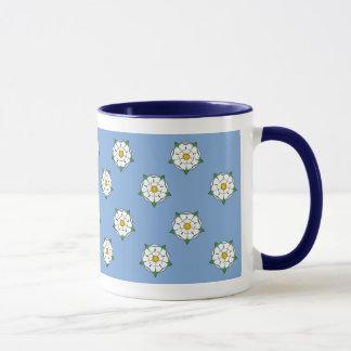 Taza de los rosas blancos de Yorkshire