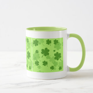 Taza de los tréboles del día de St Patrick