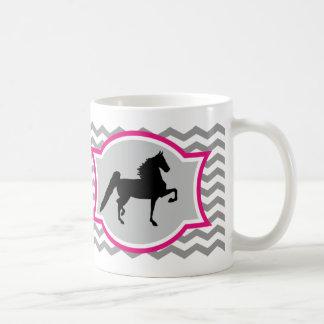 Taza de Saddlebred del americano - gris y rosa