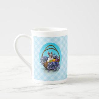 Taza de té de la cesta del conejito de pascua