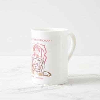 Taza De Té Estancia puesta a tierra mientras que bebe té