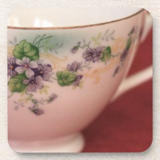 Taza de té floral púrpura posavaso