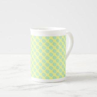 Taza De Té Huevo de Pascua de la menta con los puntos y el