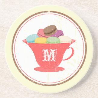 Taza de té roja con el práctico de costa del monog posavasos manualidades
