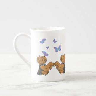Taza De Té Yorkies y mariposas