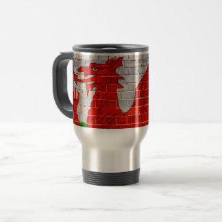 Taza De Viaje Bandera de País de Gales en una pared de ladrillo