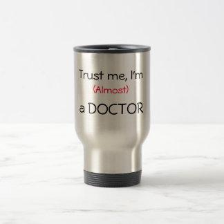 Taza De Viaje Confíeme en, yo son (casi) un doctor