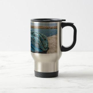 Taza De Viaje Cuerda azul en espiral del amarre en el agua en la