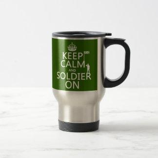 Taza De Viaje Guarde la calma y al soldado en (bandera