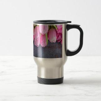 Taza De Viaje Tulipanes rosados frescos en fondo de piedra gris