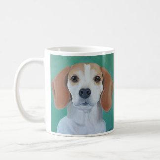 Taza del arte del perro del beagle con el fondo