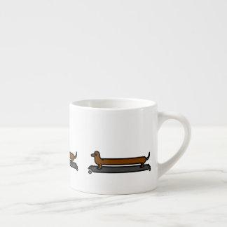 Taza del café express del perro del dachshund del