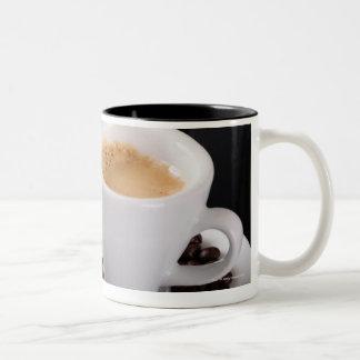 Taza del café express en contador negro del granit