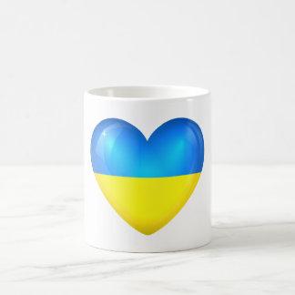 Taza del corazón de la bandera de Ucrania