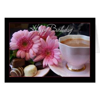 Taza del feliz cumpleaños de té, de flores y de tarjeta de felicitación