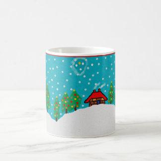 taza del navidad con paisaje nevoso del árbol de
