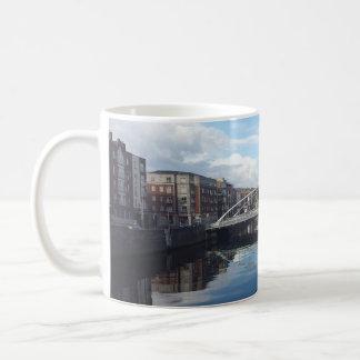 Taza del paisaje del puente de Dublín