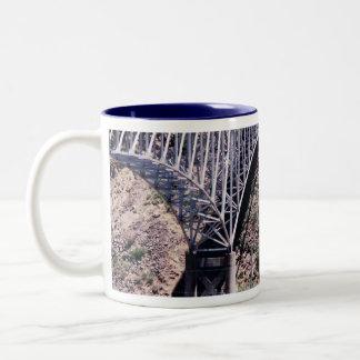 Taza del primer del puente del Rio Grande