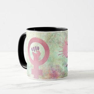 Taza El símbolo feminista rosado en textura del Grunge