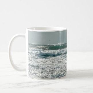 Taza enferma de las olas oceánicas del mar