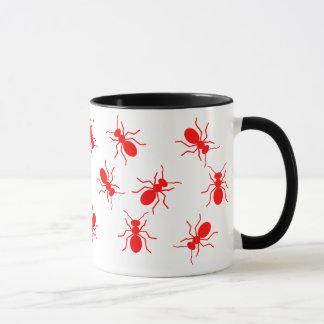 Taza Enjambre grande de las hormigas de fuego rojo por