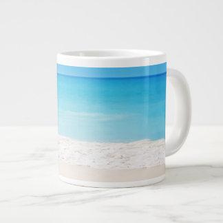 Taza enorme-clasificada escena de la playa que