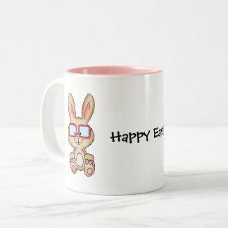 Taza feliz de Pascua con el dibujo lindo del