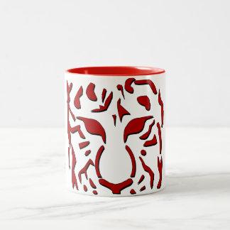 Taza feroz del tigre en rojo