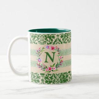 Taza floral audazmente romántica del monograma