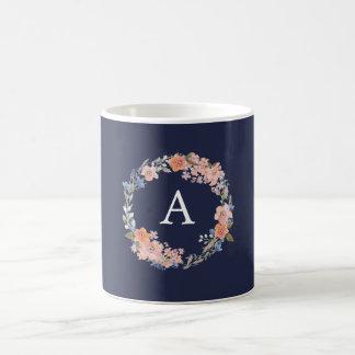 Taza floral del monograma de la guirnalda de la