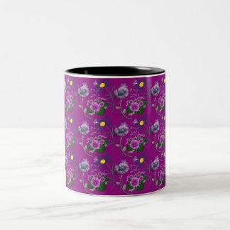 Taza floral púrpura con amarillo y rayas negras