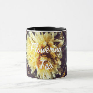 Taza floreciente del té
