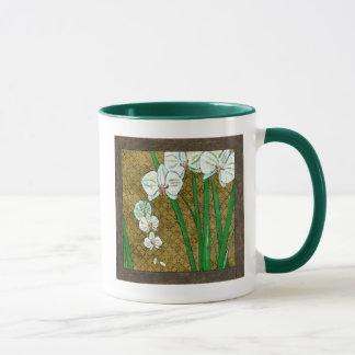 Taza Flores blancas y troncos verdes en la frontera de