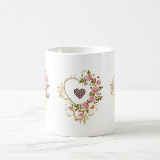 Taza formada del grano de café del corazón